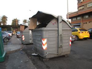 contenedores en medio de la calle