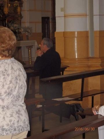 Monseñor Catalá en oración, Sagrado Corazón
