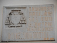 Placa de monseñor Suquía en Alhama de Almería