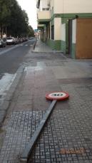 Señal tumbada, calle Mar Chica