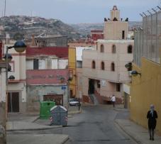 Mujer con velo en barrio melillense