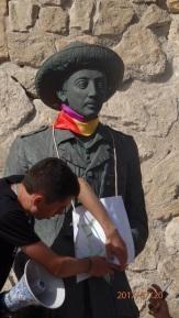 Néstor en la estatua de Franco
