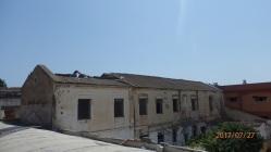 Edificio con uralita rota y degradada