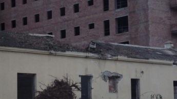 Barracón con uralita destruida