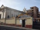 Excavadora junto a la iglesia