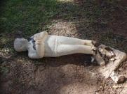 Escultura de niño rota