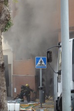 Bombero frente al humo negro