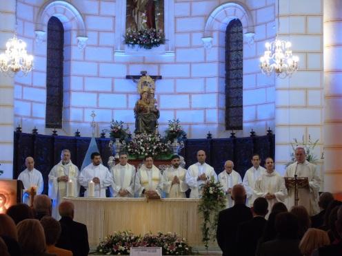 Obispo Diocesano y clero concelebrante