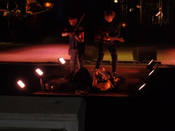 Malikian tocando en el suelo