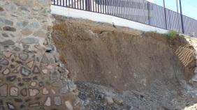 Muro derrumbado, carretera Alcazaba