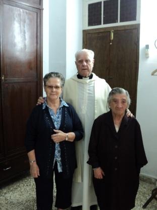 Monseñor Buxarrais con internas del Centrp