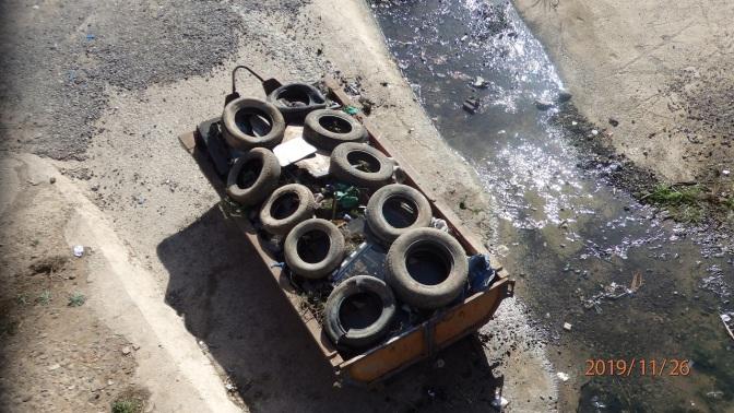 Neumáticos en el río